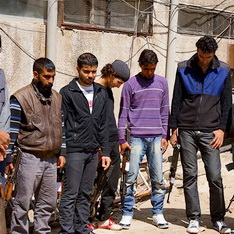Сирийские боевики прощаются с оружием