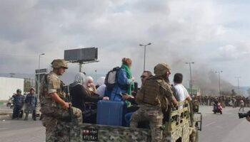 По дороге в ливанский аэропорт туристов сопровождают военные