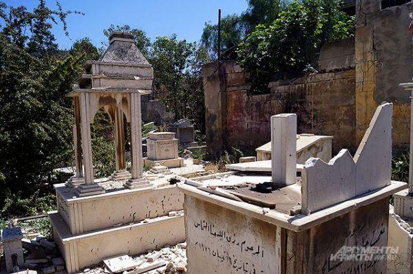 Здесь была война. Боевики осквернили кладбища в Старом Хомсе